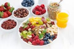 Produkter för en sund frukost - bär, frukt och sädesslag Arkivfoton