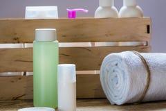 Produkter för kroppomsorg, dusch stelnar, schampo, badsalt Rosa färg royaltyfria foton