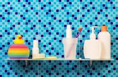 Produkter för personlig hygien på hyllan i badrum Arkivfoto