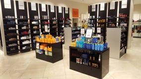 Produkter för skönhet och kroppomsorg dofter Shoppa hyllor Arkivfoto