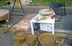 Produkter från lera Krukor av lera arkivfoton
