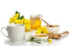 Produkter honung, pollen för en kopp te och bi arkivbild