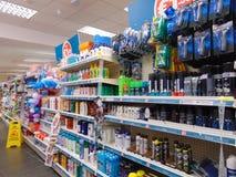 Produkter på hylla i Poundland Royaltyfri Fotografi