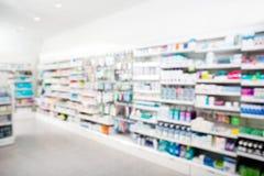 Produkter som är ordnade i hyllor på apotek royaltyfria bilder