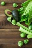Produkter som innehåller folsyra - vitamin B9 Gröna grönsaker på träbakgrund Selleri avokado, Bryssel groddar Arkivbild