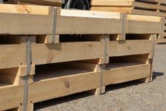 Produkter som packas i träaskar, är i materielet som är klart för trans. arkivfoto