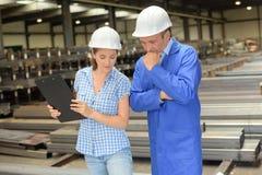 Produktinspektor auf Standort lizenzfreie stockfotos