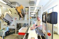 Produktion av brända mandlar i en fabrik för livsmedelsindustrin - conv royaltyfria foton