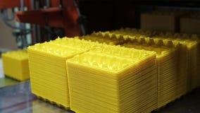 Produktion av disponibla askar av ägg i supermarket Slut upp inomhus lager videofilmer