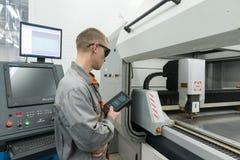 Produktion av elektroniska delar på den tekniskt avancerade fabriken Royaltyfri Bild