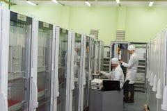 Produktion av elektroniska delar på tekniskt avancerat Royaltyfria Bilder