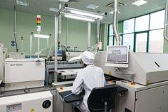 Produktion av elektroniska delar på tekniskt avancerat Royaltyfri Bild