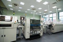 Produktion av elektroniska delar på tekniskt avancerat Royaltyfri Fotografi