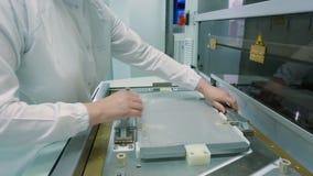 Produktion av en steril packe på en fabrik för medicinsk utrustning stock video