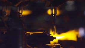 Produktion av glasflaskor Glass återvinning materiel Flaska som tillverkar den industriella fabriken smält exponeringsglas Expone arkivfoton