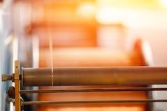 Produktion av koppartråd, brons kabel i rullar på fabriken royaltyfri foto