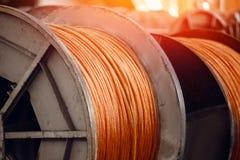 Produktion av koppartråd, brons kabel i rullar på fabriken royaltyfria bilder