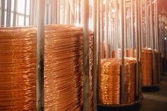 Produktion av koppartråd, brons kabel i rullar på fabriken arkivbild
