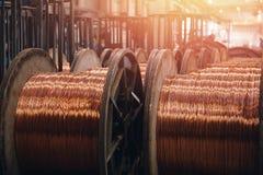 Produktion av koppartråd, brons kabel i rullar på fabriken royaltyfri bild