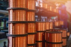 Produktion av koppartråd, brons kabel i rullar på fabriken arkivfoton