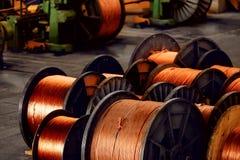 Produktion av koppartråd, brons kabel i rullar på fabriken arkivfoto