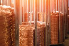 Produktion av koppartråd, brons kabel i rullar på fabriken fotografering för bildbyråer