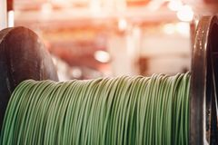 Produktion av koppartråd, brons kabel i rullar på fabriken royaltyfri fotografi