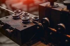 Produktion av koppartråd, brons kabel i rullar på fabriken arkivbilder