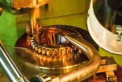 Produktion av kugghjulet på maskinen med olje- kyla Arkivbild