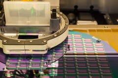 Produktion av liten tunn böjande skärm med utskrift av teknologi royaltyfri foto
