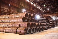 Produktion av metalltrådstången på den metallurgical växten Arkivbild