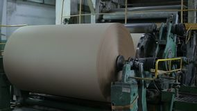Produktion av papp och papper på fabriken lager videofilmer