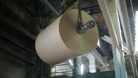 Produktion av papper och papp på den gamla fabriksutrustningen arkivfilmer