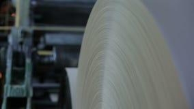 Produktion av papper och papp på den gamla fabriksutrustningen stock video