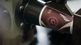 Produktion av pappers- koppar ut ur papp för kaffe på modern utrustning lager videofilmer