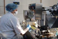 Produktion av peptiden Kristagen i företaget Vita Arkivbilder