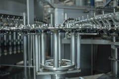 Produktion av plast- flaskor av mineralvattenlemonad spill av vattenflaskor miljövänlig monteringsbandproduktion Fotografering för Bildbyråer