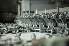 Produktion av plast- flaskor av mineralvattenlemonad spill av vattenflaskor miljövänlig monteringsbandproduktion Royaltyfri Foto