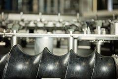 Produktion av plast- flaskor av mineralvattenlemonad spill av vattenflaskor miljövänlig monteringsbandproduktion Arkivbild