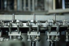 Produktion av plast- flaskor av mineralvattenlemonad spillin Arkivfoto