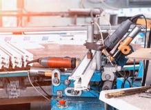 Produktion av PVC-fönster, en maskin för att borra hål i rampvcen, drillborrhjälpmedel fotografering för bildbyråer