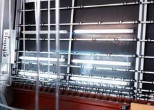 Produktion av PVC-fönster och dubblett-glasade fönster, en linje för tvätt och att torka av exponeringsglas för tillverkning av s arkivfoton