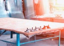 Produktion av PVC-fönster, sugkoppar för exponeringsglas, glass seminarium arkivbilder
