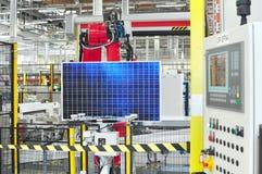Produktion av sol- celler som är församlade i en tekniskt avancerad fabrik arkivbilder