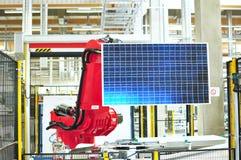 Produktion av sol- celler som är församlade i en tekniskt avancerad fabrik - wor royaltyfri foto
