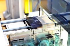 Produktion av sol- celler - transportband i produktion med waf royaltyfri bild
