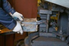 Produktion av stålskyfflar royaltyfria foton