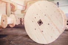 Produktion av träspolar för spolning och transportering av elektriska trådar för kabel arkivbild