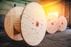 Produktion av träspolar för spolning och transportering av elektriska trådar för kabel royaltyfri foto
