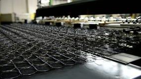 Produktion av vårar för madrasser på fabriken visas closeupen stock video